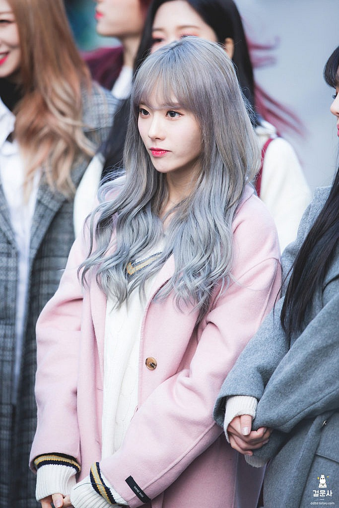 WJSN Luda simply pulls off that gorgeous silver hair